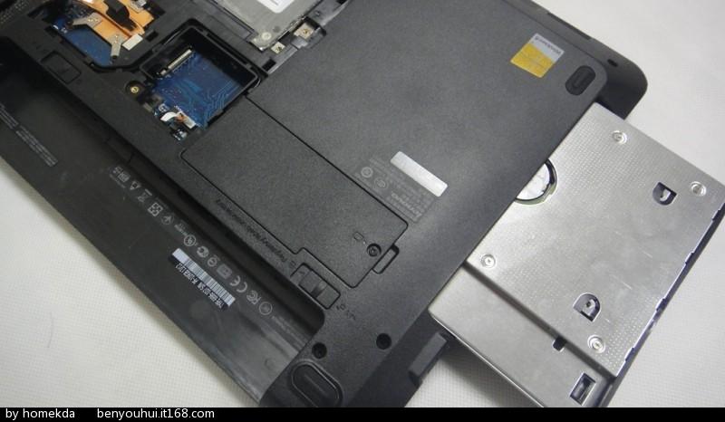 把拆下来的机械硬盘装到光驱位支架上.