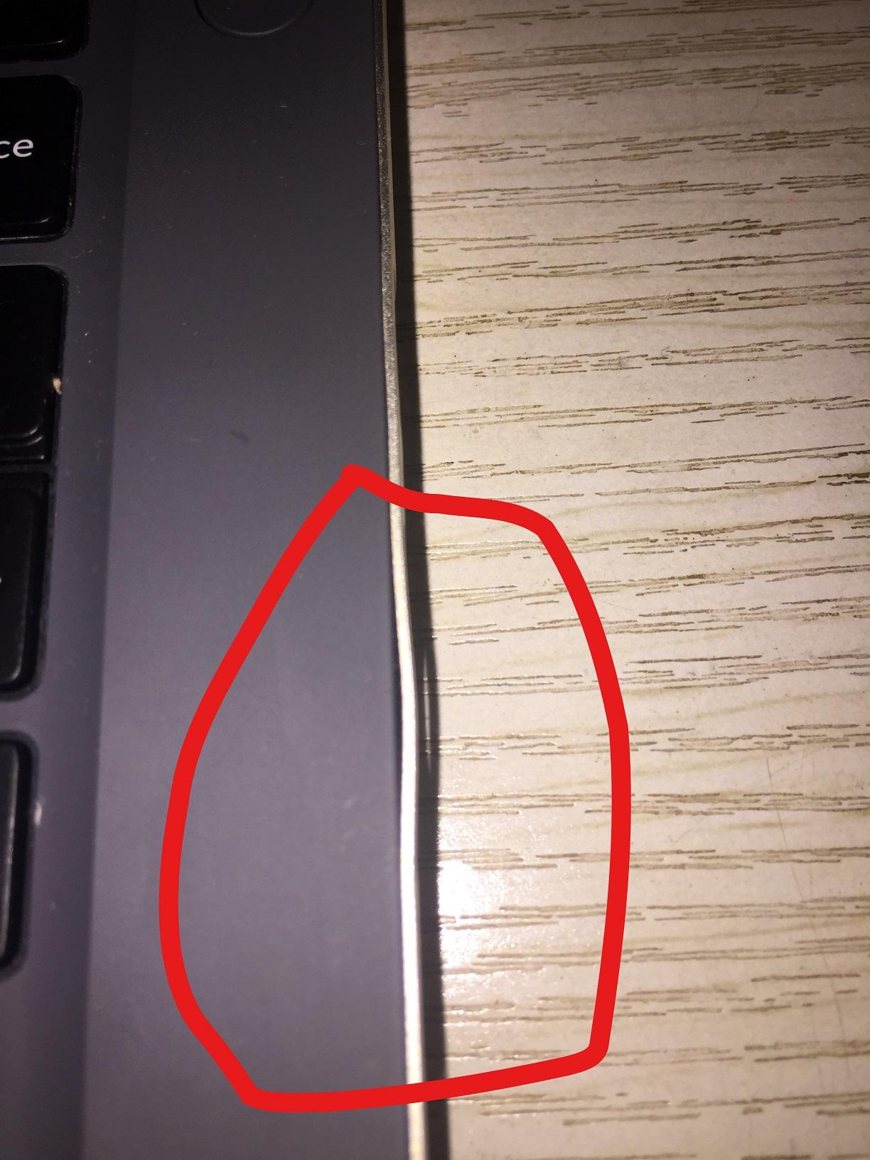 右边的边框在SD卡插槽那里裂开了