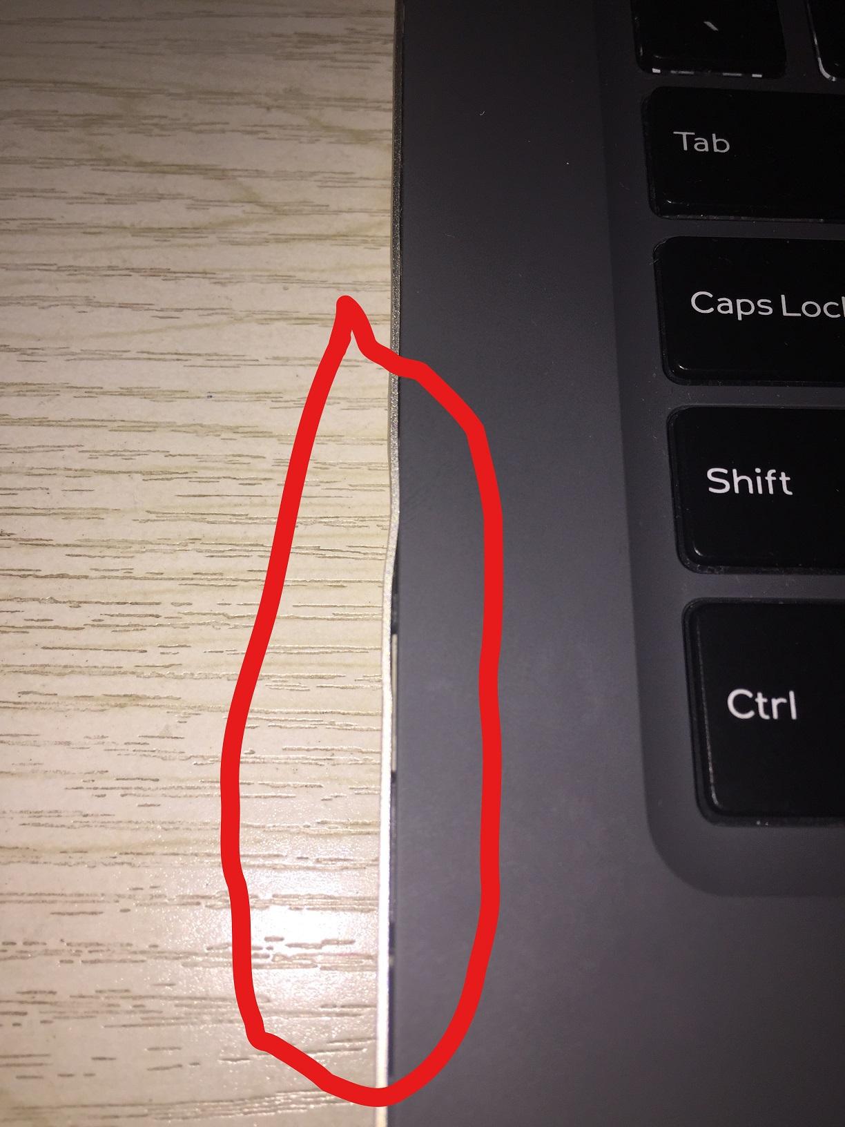 左边的几乎整个边都裂开了,USB口到耳机插口这一小段比较厉害