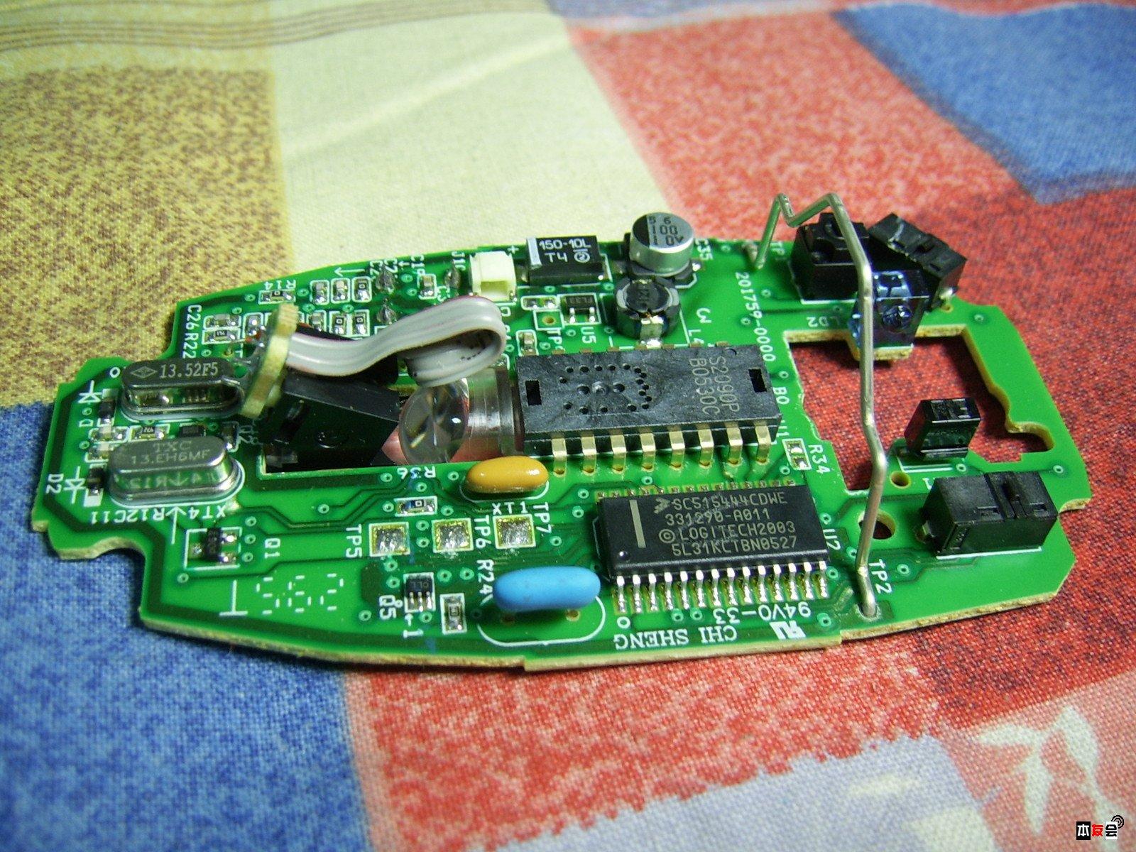 电路板上焊点大小不一,甚至有的鼠标主板上还有飞线.